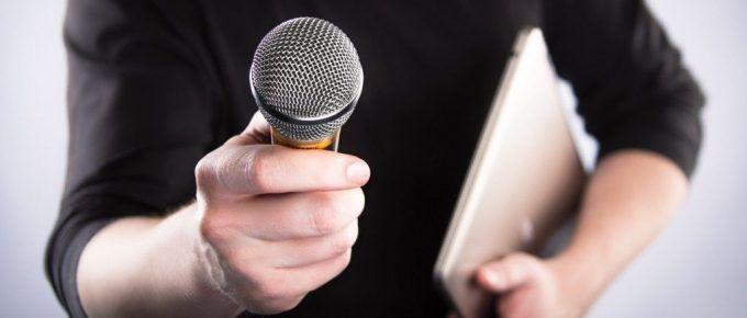 Saber escuchar, investigar y ser curioso: tres pilares para una buena entrevista