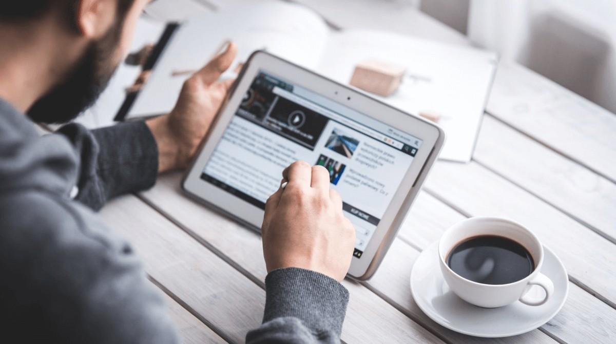 la confianza en el periodismo aumenta y en las redes sociales disminuye