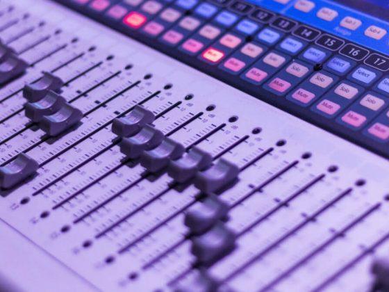 ¿Cómo ha utilizado la Radio Nacional Argentina (RNA) y la Radio Nacional de España (RNE) la expansión del podcasting?