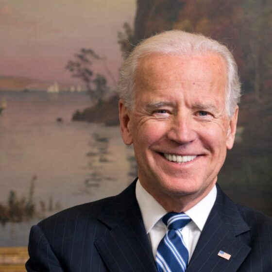 Joe Biden en la lista de anunciantes en podcasts