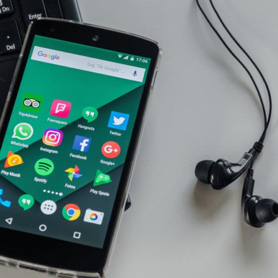 Más estadounidenses usan los podcasts para escuchar noticias